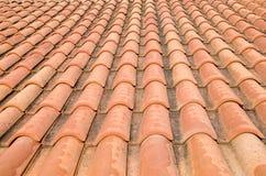 Новая крыша с оранжевыми керамическими плитками Стоковые Фотографии RF