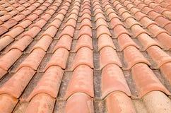 Новая крыша с оранжевыми керамическими плитками Стоковое фото RF