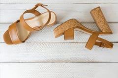 Новая пара стильных коричневых высоких пяток с подошвами пробочки, beautifu Стоковая Фотография
