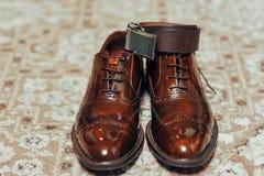 Новая пара tan кожаных ботинок, пояс Стоковые Фотографии RF