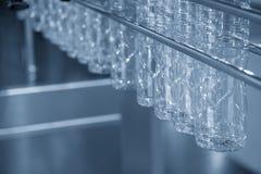 Новая пластмасса разливает смертную казнь через повешение по бутылкам в конвейерной ленте Стоковое фото RF