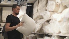 Новая подушка для кровати в магазине сток-видео