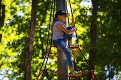 Новая популярная привлекательность ` s детей весьма спрус с детьми летания отрочества стоковая фотография