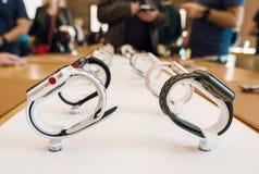 Новая серия 3 вахты Яблока в ряд в магазине Яблока Стоковое Фото