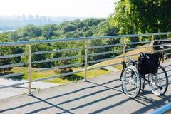 Новая сиротливая кресло-коляска стоя на террасе Стоковая Фотография RF