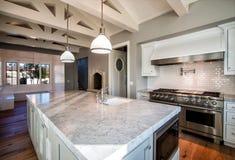 Новая современная домашняя большая кухня стоковое фото rf
