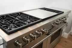 Новая современная домашняя большая кухня стоковые изображения