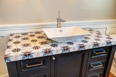 Новая современная домашняя ванная комната гостя особняка Стоковые Изображения RF