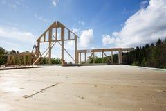 Новая стена деревянного дома под конструкцией стоковое изображение rf