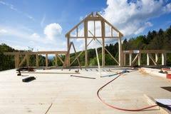 Новая стена деревянного дома под конструкцией стоковое изображение