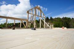 Новая стена деревянного дома под конструкцией стоковое фото