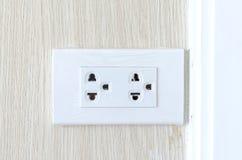 Новая электрическая штепсельная вилка гнезда на стене Стоковое фото RF