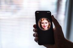 НОВА BANA, СЛОВАКИЯ - 28-ОЕ НОЯБРЯ 2017: Новый smartphone iPhone x Яблока, ID СТОРОНЫ стоковое изображение rf