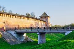 Новгород Кремль возвышается и виадук над ровом в Veliky Новгороде, России Стоковые Фотографии RF