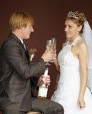 новобрачные выпивая стекел шампанского clinking стоковая фотография rf