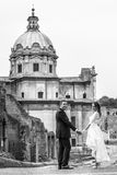 Новобрачные в городе пожененное счастливое пар черная белизна Стоковые Фото