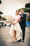 Новобрачные в городе пожененное счастливое пар Стоковая Фотография RF