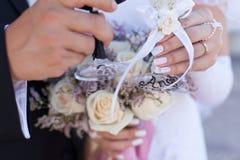 Новобрачные держа стекла шампанского Стоковое Изображение