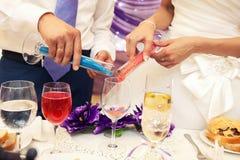 Новобрачные заполняют песок цвета в общем сосуде Стоковое фото RF