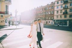 Новобрачные идя вниз с улицы Стоковое Фото