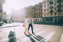 Новобрачные идя вниз с улицы Стоковые Изображения RF