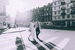 Новобрачные идя вниз с улицы Стоковая Фотография RF