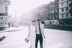 Новобрачные идя вниз с улицы Стоковые Фотографии RF