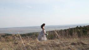 Новобрачные Невеста Пожененные новобрачные как раз поженено девушка счастливая красивейшая женщина сток-видео