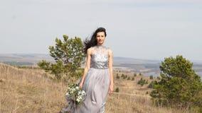 Новобрачные Невеста Пожененные новобрачные как раз поженено девушка счастливая красивейшая женщина акции видеоматериалы