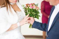 Новобрачные носят кольца одина другого как знак вечной влюбленности красивый момент начала семьи Стоковая Фотография