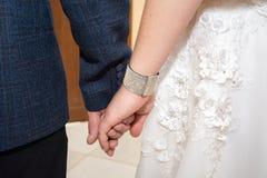 Новобрачные носят кольца одина другого как знак вечной влюбленности красивый момент начала семьи Стоковые Изображения