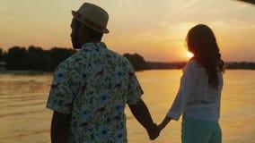 Новобрачные ослабляя на яхте сток-видео
