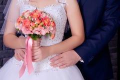 Новобрачные супруг нежно обнимает стоковое изображение rf