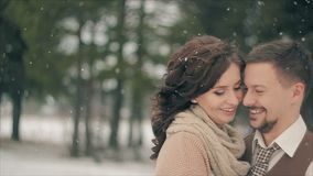 Новобрачные усмехаясь во время снежностей на зимний день сток-видео
