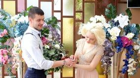 Новобрачные Bridegroom и невеста Пожененные новобрачные как раз поженено сток-видео