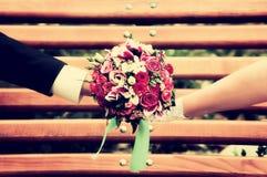 Новобрачные wedding букет на стенде Стоковые Фотографии RF