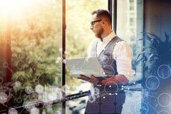 Нововведения Reserch интерфейса диаграммы диаграммы значка глобальной стратегии концепции виртуальные Стекла бородатого бизнесмен Стоковые Фото