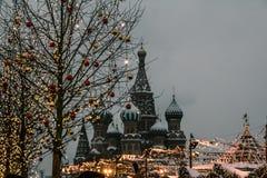 Новогодние каникулы на красной площади в Москве. stock photos