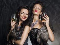 Новогодняя ночь - женщины с стеклами вина стоковое изображение rf