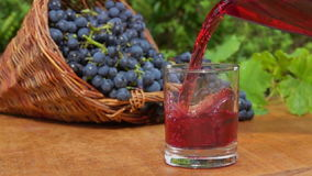 Новое вино полито в стекло акции видеоматериалы