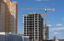 Новое здание жилого дома и конструкции с поднимать кран башни Стоковое фото RF