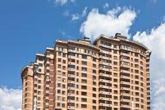 Новое здание на предпосылке голубого неба Стоковая Фотография RF