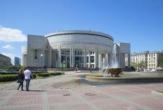 Новое здание русской национальной библиотеки st святой isaac petersburg России s куполка собора стоковое фото