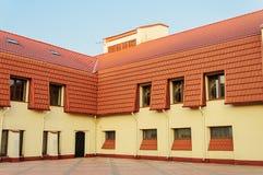 Новое здание с красной крыть черепицей черепицей крышей Стоковые Фотографии RF