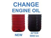 Новое и используемое масло двигателя в прозрачных бутылках стоковое изображение
