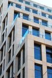 Новое, красивое здание с большими голубыми окнами Взгляд города Деловый центр в центре города стоковые фото