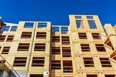 Новое низкое здание подъема под конструкцией на предпосылке голубого неба стоковые изображения rf