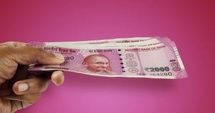Новое примечание 2000 валюты индийской рупии в руке Стоковое Изображение