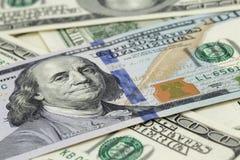 Новое 100 примечаний доллара на куче старых примечаний Стоковые Фотографии RF