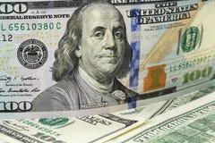 Новое 100 примечаний доллара на куче старых примечаний Стоковая Фотография